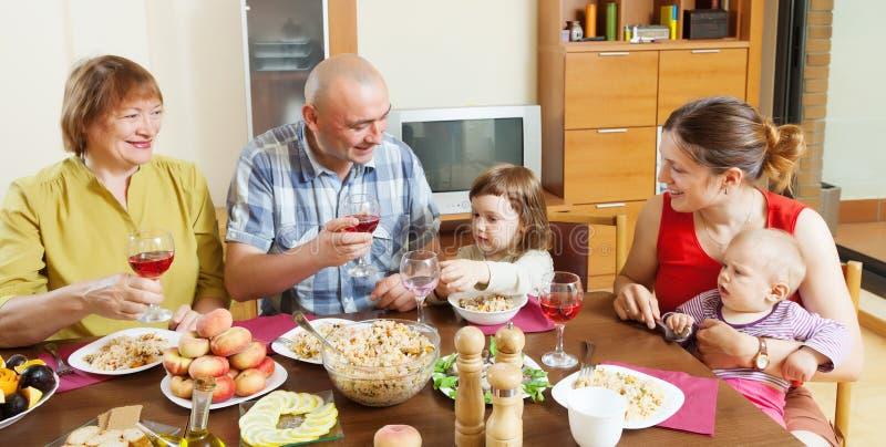 Familia multigeneración feliz sobre la tabla del día de fiesta imagen de archivo libre de regalías