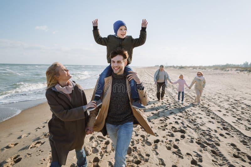 familia multigenerational grande feliz que camina junto foto de archivo libre de regalías