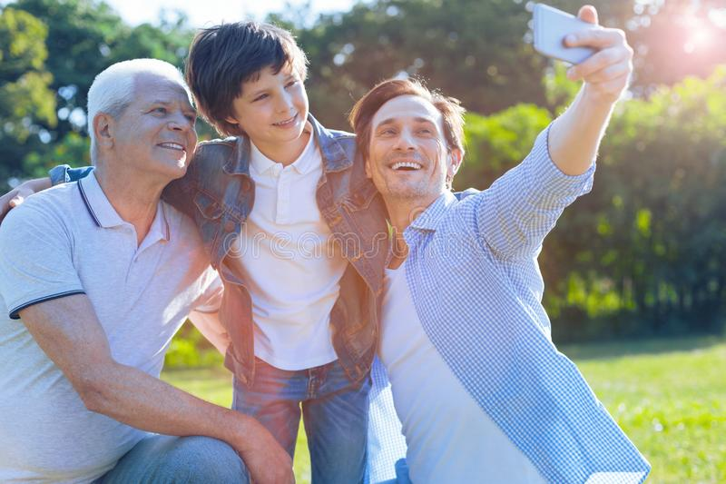 Familia Multigenerational que toma las fotos al aire libre imagen de archivo