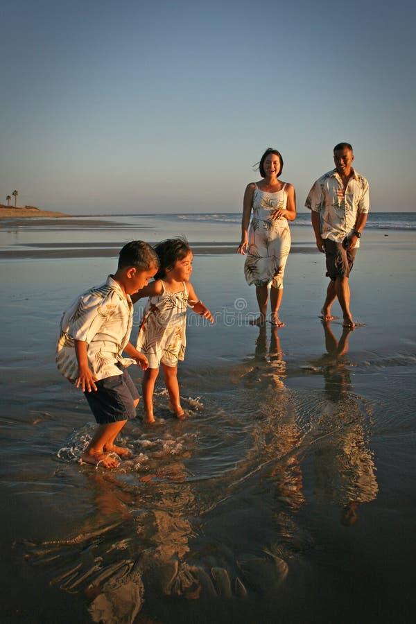 Familia multirracial en la playa foto de archivo
