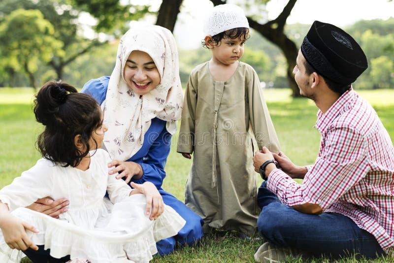Familia musulmán que pasa tiempo en un parque fotografía de archivo