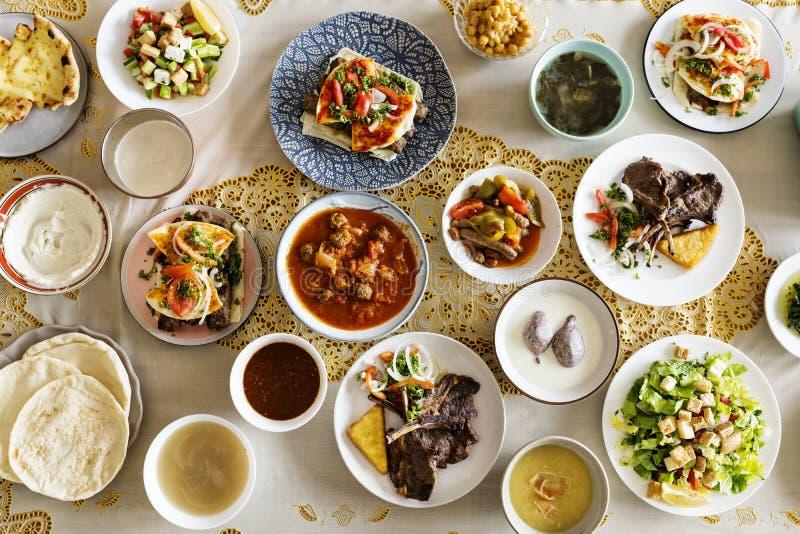 Familia musulmán que tiene un banquete del Ramadán imagen de archivo libre de regalías