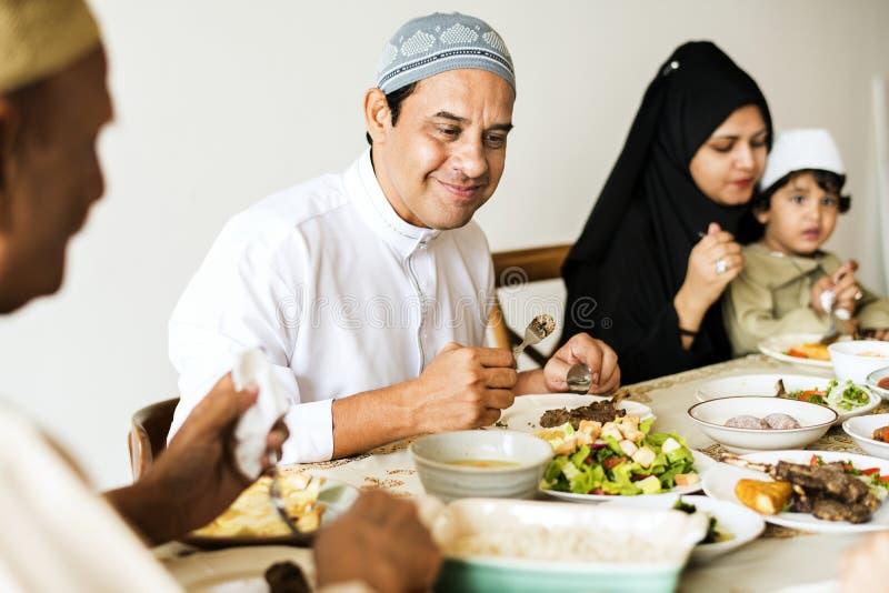 Familia musulmán que tiene un banquete del Ramadán imagenes de archivo