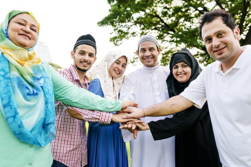 Familia musulmán que tiene un buen rato al aire libre imagen de archivo libre de regalías