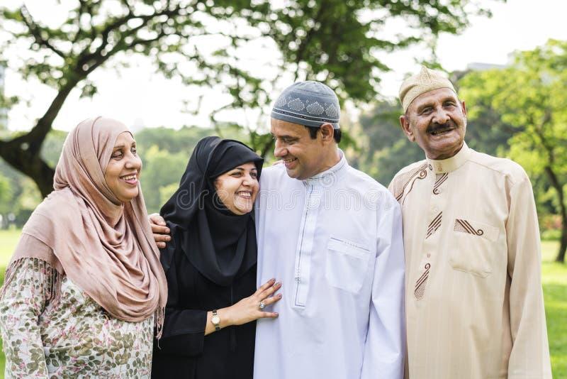 Familia musulmán que tiene un buen rato al aire libre fotos de archivo