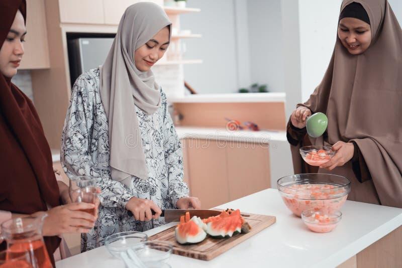 Familia musulm?n de la mujer que se prepara para el ayuno iftar de la rotura fotografía de archivo