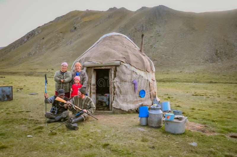 Familia nativa sonriente en Kirguistán fotos de archivo libres de regalías