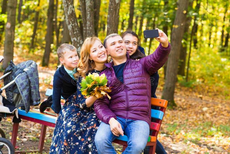Familia, niñez, estación, tecnología y gente fotografía de archivo