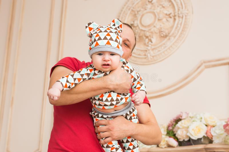 Familia, niñez, paternidad y concepto de la gente - padre e hijo felices del bebé en casa fotografía de archivo