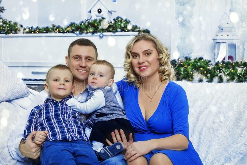 Familia, niño, madre, la Navidad, padre, padre, muchacha, celebración imagen de archivo libre de regalías