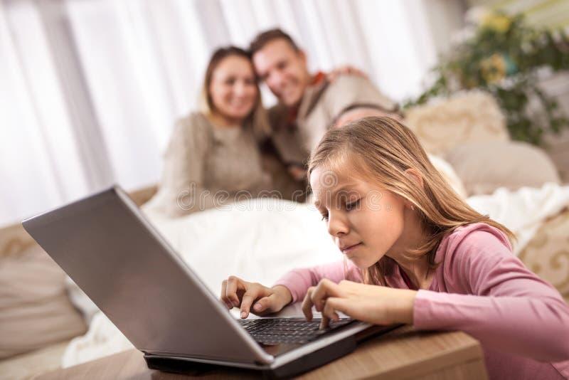 Familia, niños, tecnología y concepto casero fotografía de archivo