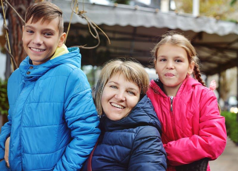Familia ordinaria al aire libre foto de archivo