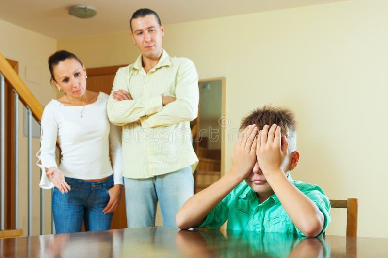 Familia ordinaria de tres que tienen conflicto imagen de archivo