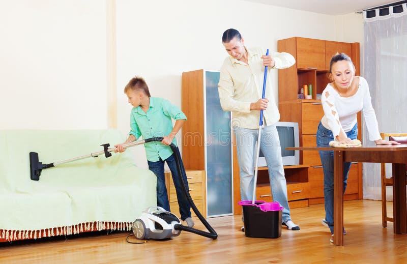 Familia ordinaria que hace la limpieza de la casa imagen - Limpieza en casa ...