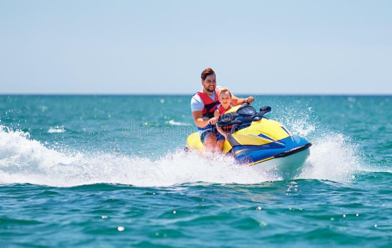 Familia, padre feliz, emocionado e hijo divirtiéndose en el esquí del jet en las vacaciones de verano imagenes de archivo