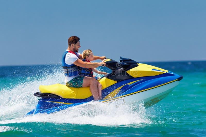 Familia, padre feliz, emocionado e hijo divirtiéndose en el esquí del jet en las vacaciones de verano imágenes de archivo libres de regalías