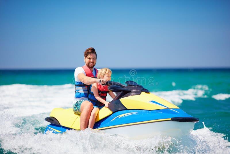 Familia, padre feliz, emocionado e hijo divirtiéndose en el esquí del jet en las vacaciones de verano imagen de archivo libre de regalías