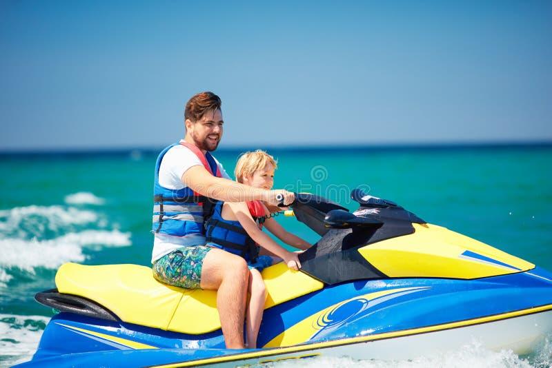 Familia, padre feliz, emocionado e hijo divirtiéndose en el esquí del jet en las vacaciones de verano fotografía de archivo libre de regalías