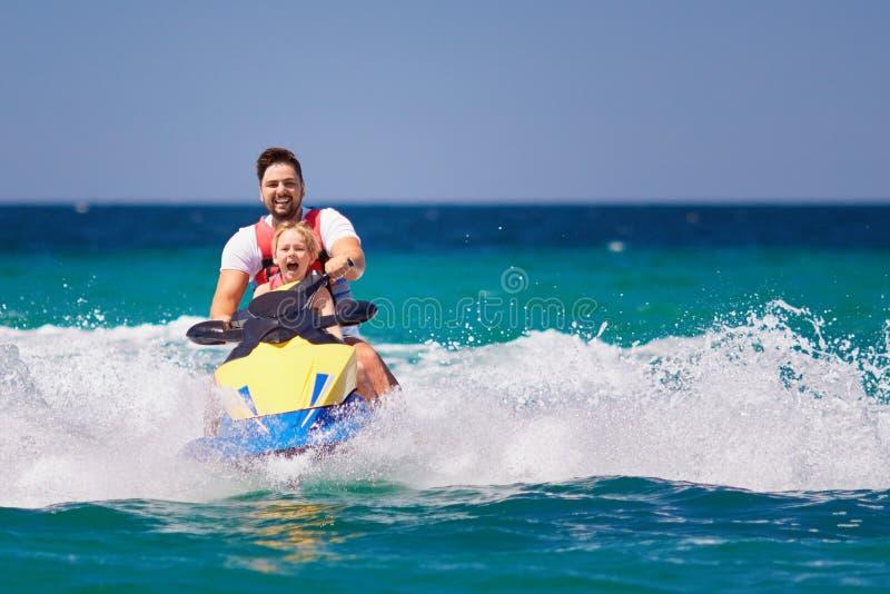 Familia, padre feliz, emocionado e hijo divirtiéndose en el esquí del jet en las vacaciones de verano imagen de archivo