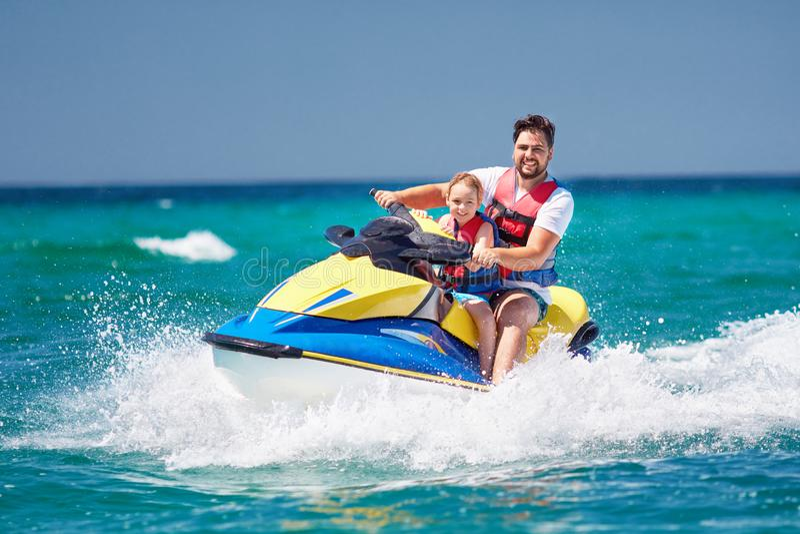 Familia, padre feliz, emocionado e hijo divirtiéndose en el esquí del jet en las vacaciones de verano fotos de archivo libres de regalías