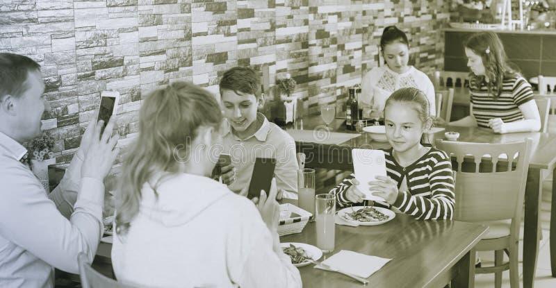 Familia phubbing en café fotografía de archivo