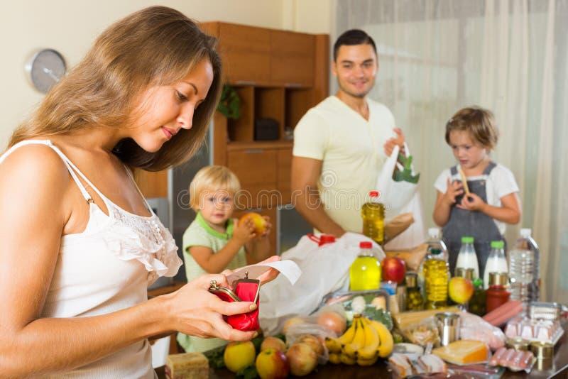 Familia pobre con los bolsos de la comida fotografía de archivo libre de regalías