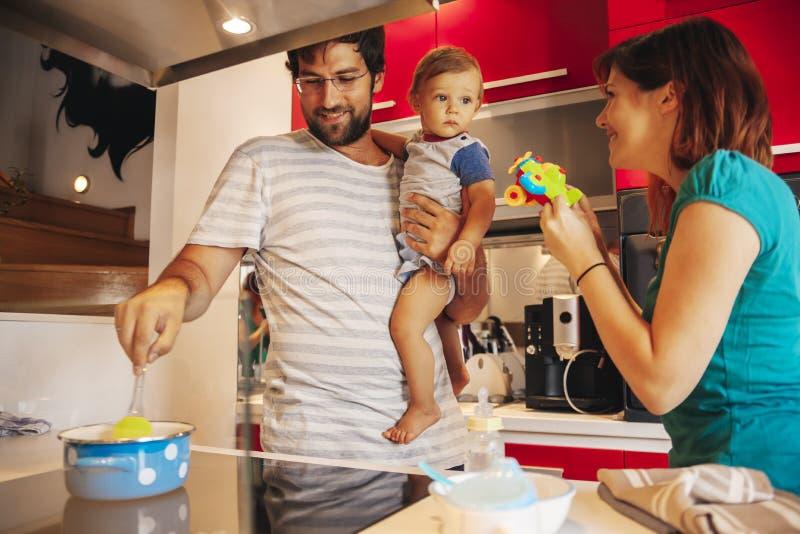 Familia preciosa en cocina foto de archivo libre de regalías