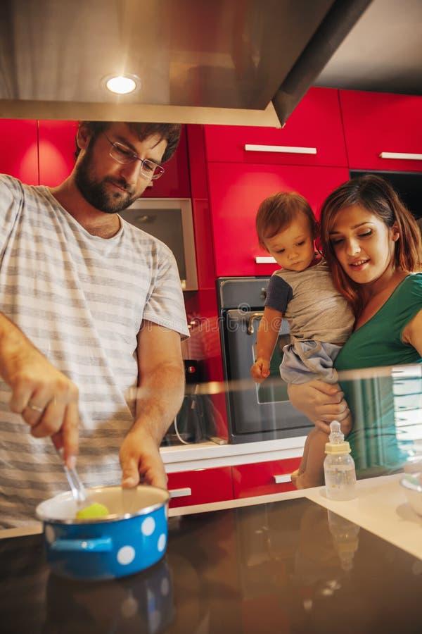 Familia preciosa en cocina imágenes de archivo libres de regalías