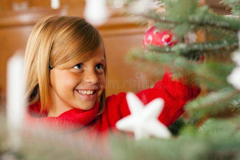 Familia que adorna el árbol de navidad fotos de archivo