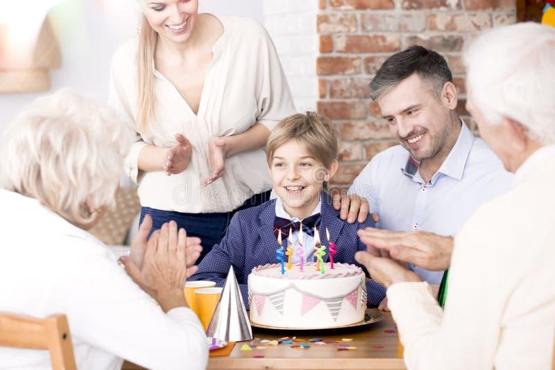 Familia que aplaude sus manos en un partido imagen de archivo