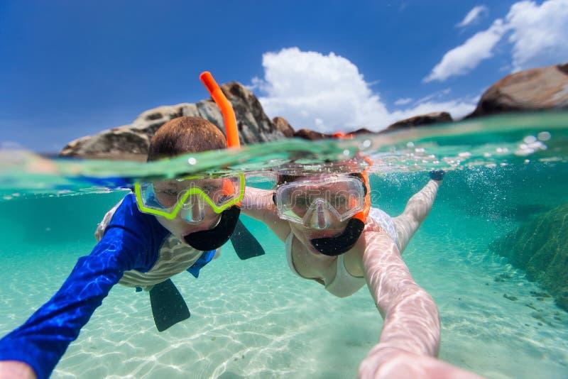 Familia que bucea en agua tropical imágenes de archivo libres de regalías