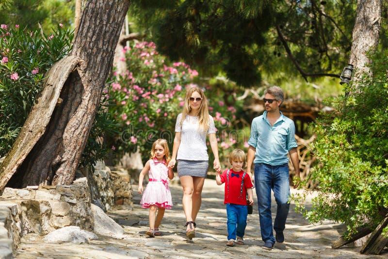 Familia que camina en el bosque imagenes de archivo