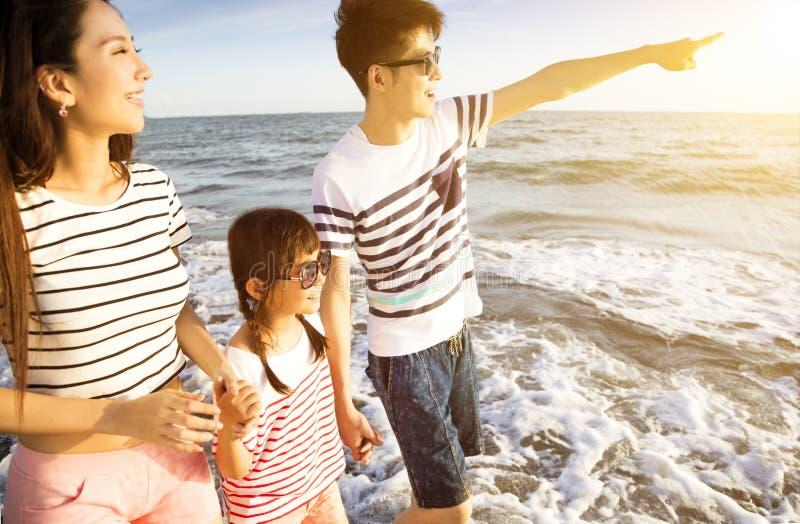 Familia que camina en la playa en las vacaciones de verano foto de archivo libre de regalías