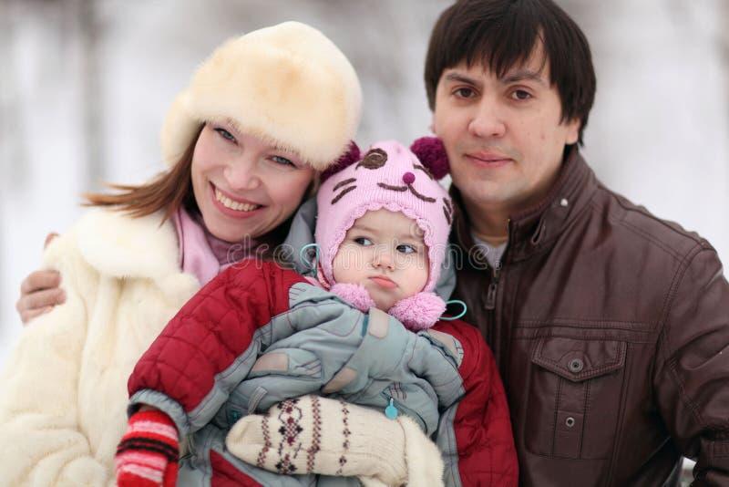 Familia que camina en parque del invierno imagen de archivo libre de regalías