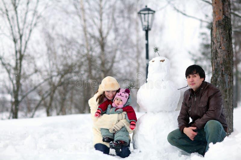 Familia que camina en parque del invierno imagen de archivo