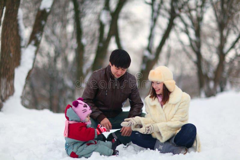 Familia que camina en parque del invierno fotos de archivo libres de regalías