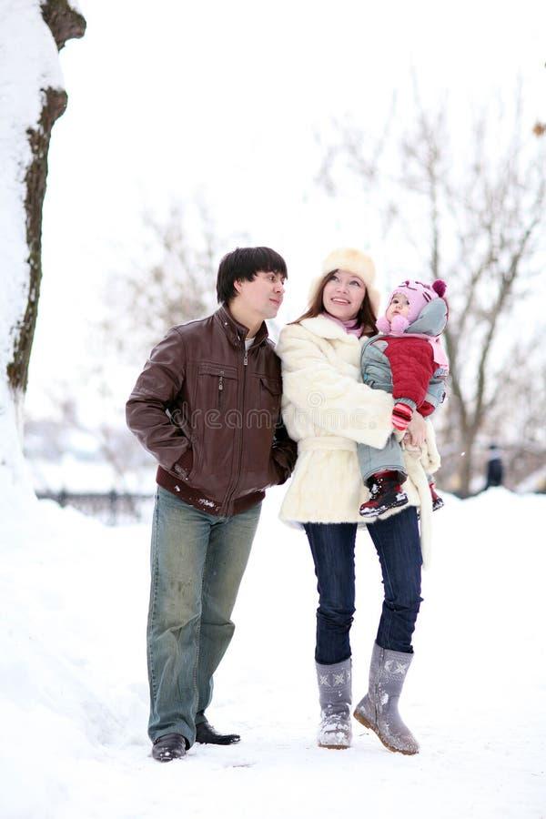 Familia que camina en parque del invierno fotografía de archivo