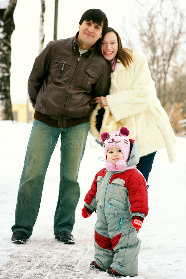 Familia que camina en parque del invierno fotos de archivo