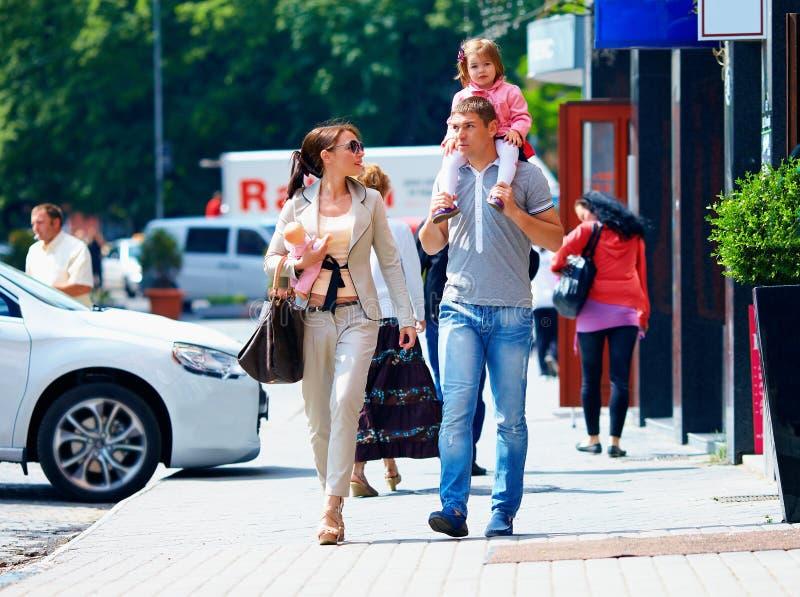 Familia que camina la calle de la ciudad, forma de vida casual fotografía de archivo