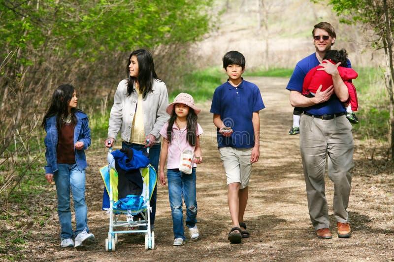 Familia que camina a lo largo de la trayectoria del país foto de archivo libre de regalías