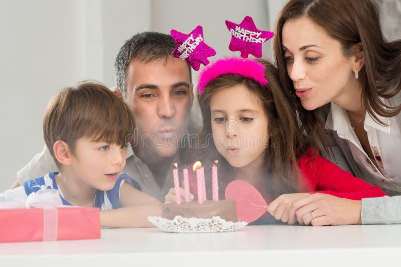 Familia que celebra cumpleaños fotos de archivo