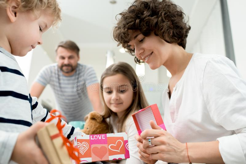 Familia que celebra día de tarjetas del día de San Valentín en casa foto de archivo libre de regalías