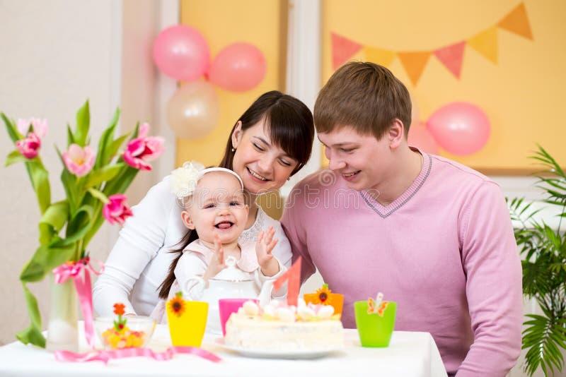 Familia que celebra cumpleaños del bebé imagen de archivo