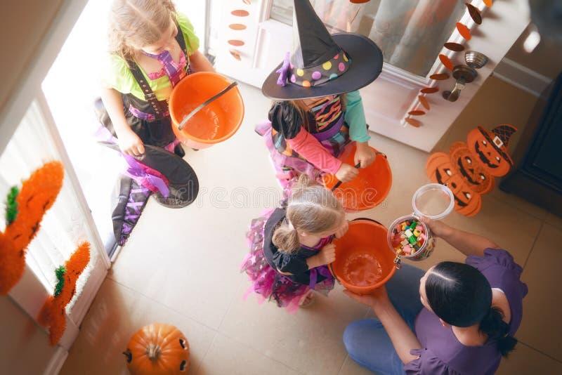 Familia que celebra Halloween foto de archivo libre de regalías