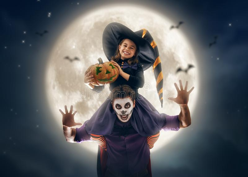 Familia que celebra Halloween fotografía de archivo libre de regalías