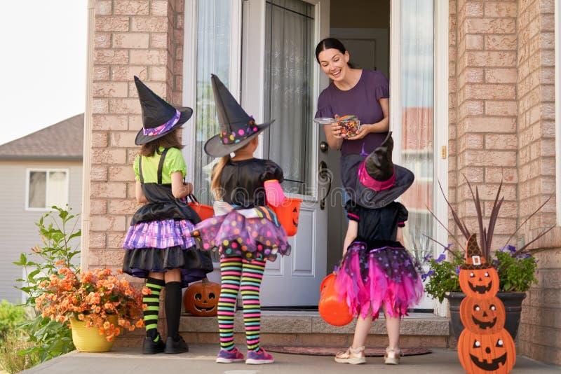 Familia que celebra Halloween imagen de archivo