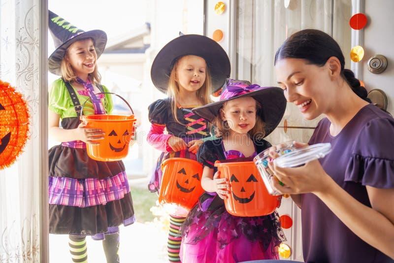 Familia que celebra Halloween fotos de archivo