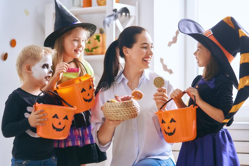Familia que celebra Halloween imagenes de archivo