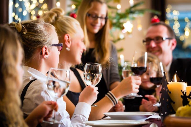 Familia que celebra la cena de la Navidad imágenes de archivo libres de regalías