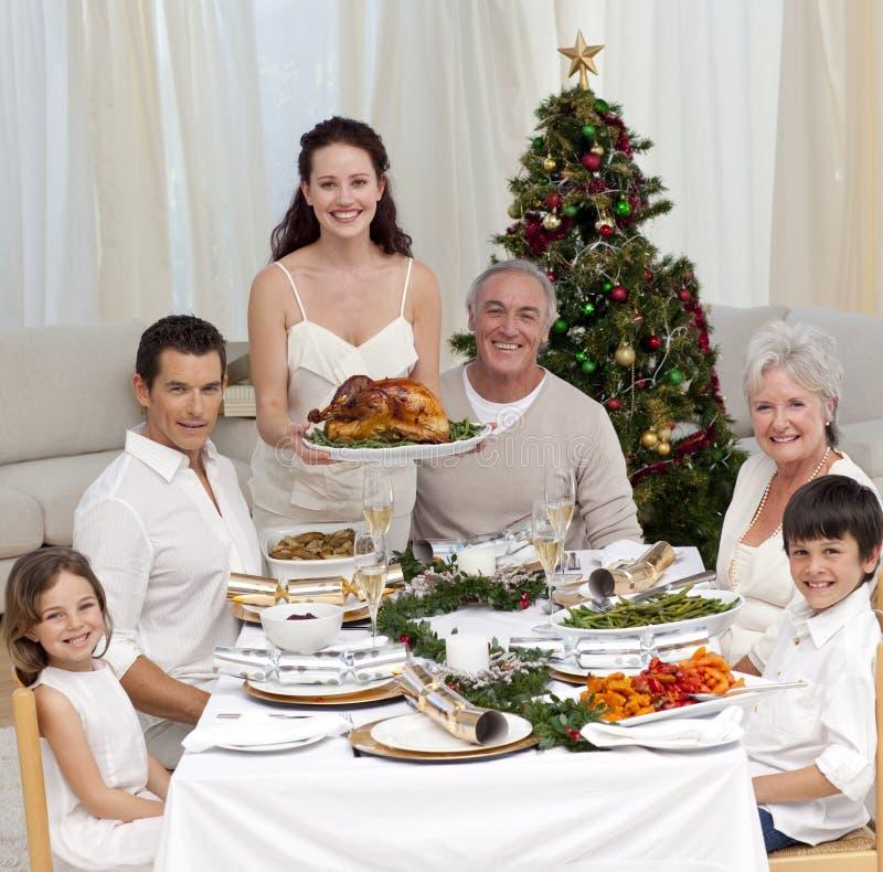 Familia que celebra la cena de la Navidad con el pavo fotos de archivo libres de regalías
